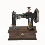 Caja de madera con maquina de coser
